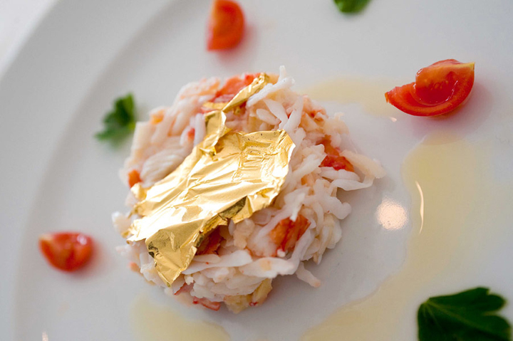 When gold is used in the cuisine: crab and gold leaf