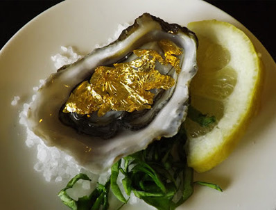 When gold is used in the cuisine: oyster and gold leaf