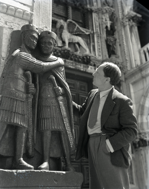 Henry Moore in Venice during the Biennale, 1948, CameraPhoto Epoche©, Venice