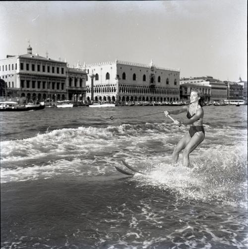 Water-ski in Venice with Annamaria Benvenuti, 1954, CameraPhoto Epoche©, Venice